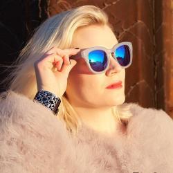 Kvinde med TheRubz solbriller