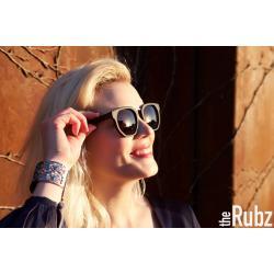 model-med-solbriller